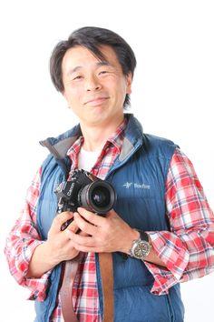 ゲスト◇秦達夫(Tatsuo Hata)1970年長野県生まれ。自動車販売会社退職後、バイクショップに勤務。後に家業を継ぐ為に写真の勉強を始めるが写真に自分の可能性を見いだし写真家を志す。写真家竹内敏信氏のアシスタントを経て独立。故郷の湯立神楽「霜月祭」を取材した『あらびるでな』で第八回藤本四八写真賞受賞。同タイトルの写真集を2014年11月に信濃毎日新聞社より出版予定。その他の写真集『山岳島_屋久島』写真集(日本写真企画)小説家・新田次郎氏著書『孤高の人』の加藤文太郎や『アラスカ物語』のフランク安田に憧れている。日本写真家協会会員、日本写真協会会員、Foxfireフィールドスタッフ。