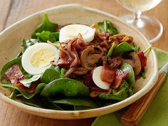 The Pioneer Woman's Perfect Spinach Salad Ree Drummond has the ultimate recipe for classic spinach salad: raw spinach leaves tossed with caramelized onions, mushrooms and hard-boiled eggs, all tossed in a warm bacon vinaigrette.