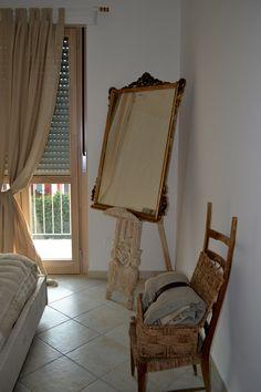 ....lo specchio e la particolare sedia da camino che caratterizzati dalla loro particolare raffinatezza e fattura  donano all'ambiente calore eleganza e un profumo antico e allo stesso tempo moderno.