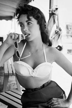 46 Rarely Seen Photos of Elizabeth Taylor There's no one more synonymous with Old Hollywood glam Hollywood Icons, Old Hollywood Glamour, Vintage Hollywood, Classic Hollywood, Hollywood Actresses, Hollywood Waves, Old Hollywood Style, Hollywood Cinema, Hollywood Theme