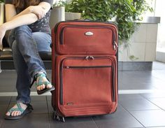 Avoid checked baggage fees and pack for your trip in one carry-on suitcase. These carry-on packing tips will teach you how to travel light like a pro. Best Luggage, Hand Luggage, Carry On Luggage, Travel Luggage, Airport Luggage, Cheap Luggage, Luggage Packing, Packing List For Disney, Vacation Packing