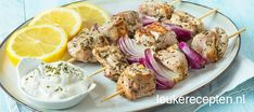 Souvlaki Ingredienten 400 gr varkenshaas 2 rode uien scheut olijfolie 1 teentje knoflook peper en zout 1 theelepel oregano, gedroogd Citroen en tzatziki om er bij te serveren A Food, Good Food, Food And Drink, Yummy Food, Greek Recipes, Meat Recipes, Tapas, Greek Dishes, Healthy Slow Cooker