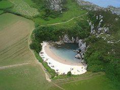 Playa de Gulpiyuri, una playa sin mar! Llanes, Asturias, España (Spain). Localizador GPS 43.447311,-4.886182