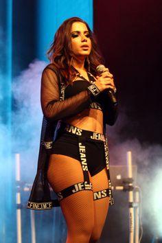 y-entretenimento:      Anitta fez um pocket show para quase 2 mil pessoas após os desfiles da 4ª edição do Elle Fashion Preview, que aconteceu na pista de pouso do Aeroporto Santos Dumont, no Rio de J