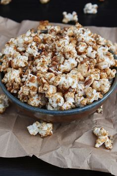 Sweet and Salty popcorn Homemade Popcorn, Flavored Popcorn, Popcorn Recipes, Nut Recipes, Sweet Recipes, Snack Recipes, Dessert Recipes, Desserts, Kitchens