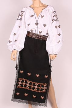 COSTUM popular romanesc Folk Fashion, Ethnic Fashion, Embroidery On Clothes, Sewing Crafts, High Waisted Skirt, Bell Sleeve Top, Romania, Costumes, Blouse