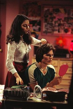 Ashton Kutcher and Mila Kunis Throughout the Years. Jackie and Kelso Gilmore Girls, Kelso And Jackie, Jackie That 70s Show, Kelso That 70s Show, I Love Cinema, 1970 Style, 70 Show, James Franco, Jolie Photo
