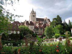 Dole, ville d'art et d'histoire, est située au bord du Doubs et du canal du Rhône au Rhin, à mi-chemin de Dijon et de Besançon, France. De Nuria Zortém