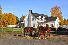 Den Vita Drömgården: Vårt New England inspirerade hus med stall