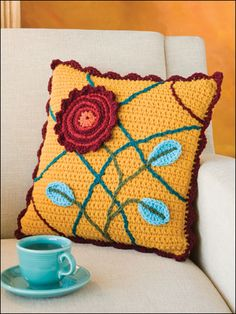 Lovely crocheted cushion pic found via Innovart en Crochet... No pattern..