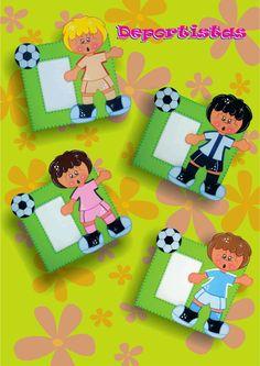 Este futbolista, puede ser un lindo regalo para el día del Padre, para un cumpleaños o un amigo especial, esta realizado en Fomi, el portafo...