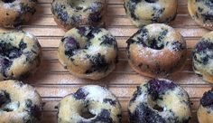 Are you interested in making some donuts at home, but don't want to fry them in oil? You just need a simple recipe to make oven baked blueberry donuts. Baked Blueberry Donuts, Blueberry Recipes, Yummy Snacks, Yummy Treats, Yummy Food, Donut Recipes, Cooking Recipes, One Pot Chef, Fried Donuts