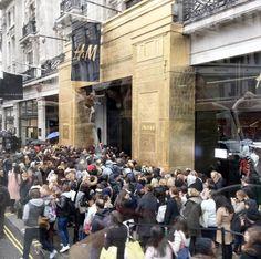 Tumulto e confusão no 1º dia de vendas da coleção da H&M assinada pela Balmain em Londres - vem ver mais aqui!
