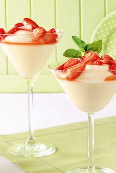 Duftiger Pudding mit Vanille-Geschmack und frischen Erdbeeren