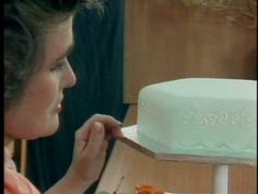 Intricate Piping and Lace Extension Work. Elaine MacGregor shows how easy it is to create some of the special effects which give the very best iced cakes their professional finish. This video shows how to create the effect of lace standing off a cake Cake Frosting Tips, Cake Piping, Fondant Cakes, Cake Decorating Techniques, Cake Decorating Tutorials, Cookie Decorating, Decorating Cakes, Cupcakes, Cupcake Cakes
