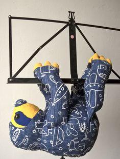 Patron : Slowpoke the Sloth – Funkyfriendsfactory    Matériel : Velcro, yeux sécurisés et tissus de chez creacorner, rembourrage de chez mondial textiles.