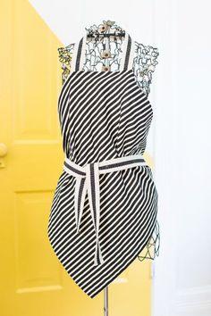 Este avental de tecido fácil de fazer pode também ter detalhes e aplicações que você quiser, para deixá-lo único e exclusivo (Foto: abeautifulmess.com)
