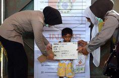 18.05 La police indonésienne procède à l'identification de migrants en provenance de Birmanie. Même les plus jeunes doivent effectuer la procédure.Photo: AFP/Romeo Gacad