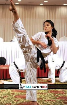 Taekwondo girl (y) Korean Martial Arts, Martial Arts Women, Muay Thai, Mma, Roundhouse Kick, Female Martial Artists, Martial Arts Workout, Karate Girl, Sketches