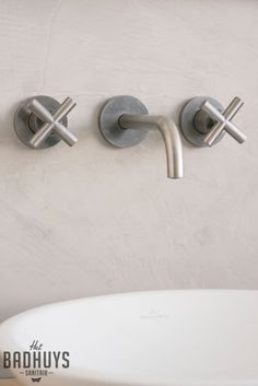 Badkamer met rond bad en muren in de Beton Cire, Het Badhuys | Het Badhuys Bathroom Toilets, Bathroom Hooks, Plumbing Fixtures, Beautiful Bathrooms, Faucet, Kitchen Design, Verona, Interior, House