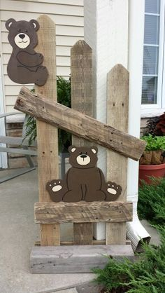 Bear fence made with pallets. Welcome Post, Wooden Welcome Signs, Diy Deck, Cool Paintings, Pallets, Benches, Bears, Outdoor Decor, Christmas