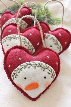 Sewn Christmas Ornaments, Handmade Christmas Decorations, Christmas Sewing, Christmas Embroidery, Noel Christmas, Felt Ornaments Patterns, Glitter Ornaments, Diy Ornaments, Beaded Ornaments