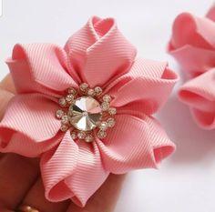 Making Hair Bows, Diy Hair Bows, Baby Hair Accessories, Diy Crafts Hacks, Flower Shape, Handmade Flowers, Ribbon Bows, Diy Hairstyles, Fabric Flowers