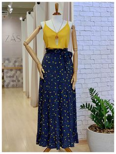 Saia Longa Florzinhas The long length goes well on many occasions and makes the looks tidier without much effort! Skirt Outfits, Casual Outfits, Cute Outfits, Girl Fashion, Fashion Outfits, Womens Fashion, Royal Clothing, Work Looks, Everyday Outfits