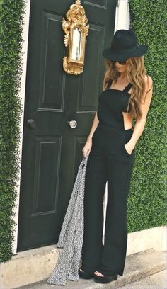 Fashionable Black Outfit Idea with Hat