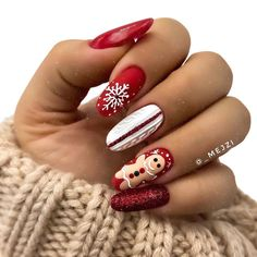 Classic red and green manicure are always Christmas theme. Let's add these themes to our winter nails in this holiday season! Christmas Gel Nails, Christmas Nail Art Designs, Winter Nail Designs, Holiday Nails, Gorgeous Nails, Pretty Nails, Nagellack Design, Indigo Nails, Best Acrylic Nails