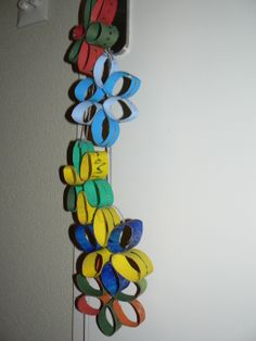 Met Maik kerststerren gemaakt. Wc rollen schilderen, knippen en vast plakken. Vervolgens versieren met glitterlijm.