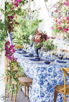 Decoração de casamento inspirada na Grécia em azul e branco - Constance Zahn   Casamentos Mantel Azul, Greece Party, Blue And White Dinnerware, Blue Table Settings, Shabby Chic Porch, Mediterranean Wedding, Blue And White Fabric, Floral Tablecloth, Chinoiserie Chic