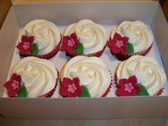 Cupcakes con buttercream en forma de rosa y motivo en gumpaste doble flor con hojas