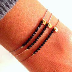 Onyx on Silk - Gemstone Friendship Bracelet - Healing Crystal Intention: ' Self Confidence & Strength ' - Onyx en seda piedra preciosa pulsera de por MirellaHammerJewelry - Bracelets Fins, Simple Bracelets, Gemstone Bracelets, Beaded Jewelry, Jewelry Box, Jewelery, Handmade Jewelry, Jewelry Making, Diy Accessoires