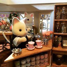 "Sylvanian Families Lovely Coffeeshop - 灰みみ (Ash Mimi) (@ashmimisylvanian) auf Instagram: ""#ドールハウス #ミニチュア #ジオラマ #森林家族 #シルバニアファミリー #sylvanianfamilies #calicocritters #diorama #miniature…"""