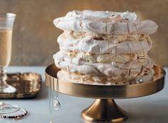 Meringue-koek met romerige tiramisuvulsel   rooi rose