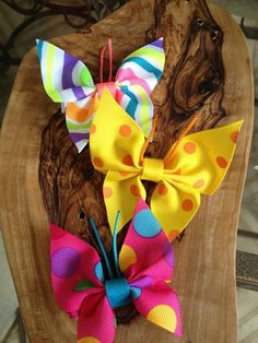 Butterfly hair pins made out of ribbon. Shows how to make other hair bows Ribbon Art, Ribbon Crafts, Ribbon Bows, Fabric Crafts, Sewing Crafts, Making Hair Bows, Diy Hair Bows, Bow Hair Clips, Fleurs Diy