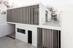 Construido por SMF Arquitectos en Buenos Aires, Argentina con fecha 2014. Imagenes por Albano Garcia. La casa Bazán es una vivienda unifamiliar de escala media inserta en un lote pequeño dentro de un barrio típico del c...