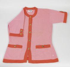 Chanel Auktion Lot 130: Chanel Cardigan, rosafarbener und oranger Strickstoff, Größe 38 cm, Länge 61 cm. Mehr Information auf der Website