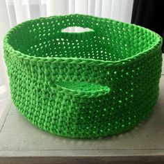 Grand panier rond avec anses crocheté main en tissu recyclé (Zpagetti, tshirt yarn, trapillo, hoooked) : Meubles et rangements par kali