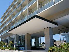 fachada aura Mansions, House Styles, Home Decor, Beach Club, Acapulco, Live, Gardens, Decoration Home, Manor Houses
