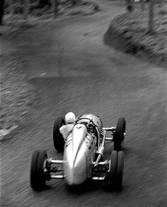 I can almost hear the noise. George Abecassis in a four cylinder supercharged Alta 'esses' of the Prescott Hill Climb. Photo taken by Louis Klemantaski who climbed up into a tree by the side of the track May via Classy Bro Vintage Sports Cars, Vintage Race Car, Nascar, Classic Race Cars, Classic Auto, Sport Cars, Motor Sport, Audi Sport, Old Race Cars