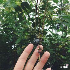 novidades em colar da #etiquetaamei feitos à mão, 11 colarzinhos únicos ✨ • colar duplo, pingentes: chave e pedra oval esverdeada  #lojaamei #colar #colarduplo #chave #ouroenvelhecido #delicado