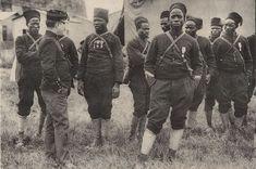 """Le langage """"petit-nègre"""", celui de """"Y'a bon Banania"""" ou des dialogues de """"Tintin au Congo"""", était une sorte de français approximatif parlé par les peuples colonisés. Ce langage, maintenant largement perçu comme raciste, a été instauré par l'armée coloniale française."""