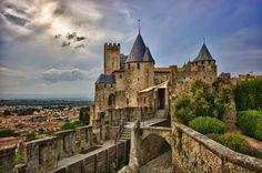 En la puerta de Narbona de la hermosa ciudad de Carcassonne, en el sur de Francia, el rostro de una extraña mujer nos da la bienvenida ...