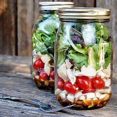 Salat in Einmachgläsern: An nur einem Abend zauberst du dir ein frisches Mittagessen für eine ganze Woche.