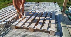 Na dvore poskladala 43 drevených paliet a výsledok je skutočne pôsobivý! Žena vytvorila záhradnú terasu z drevených paliet. Paletová terasa, DIY nápad Pallet Crafts, Diy Pallet Projects, Pallet Ideas, Blue Pallets, Wood Pallets, Bh Tricks, Picnic Blanket, Outdoor Blanket, Palette Diy