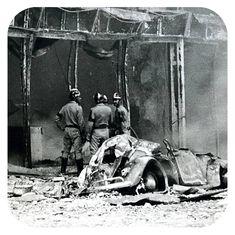 """Trabalho de rescaldo. O automovel que aparece destruido nesta imagem foi identificado pelo capô traseiro, como sendo os restos de uma viatura de policia volkswagen """"besourinho""""."""