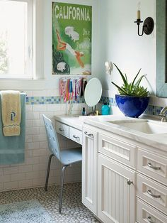 I love the table next to the sink! Very practical!