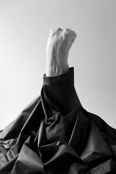 Quando il ricordo diventava troppo vago, troppo astratto, si trasformava in una vecchia lesione alla spalla, un dolore così sottile eppure così acuto da poterci disegnarne il tracciato lungo tutta la schiena.